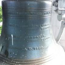 La cloche de Racine a été fabriqué à West Troy, N.Y. en 1865. Elle fut d'abord installée à Waterloo Qc.